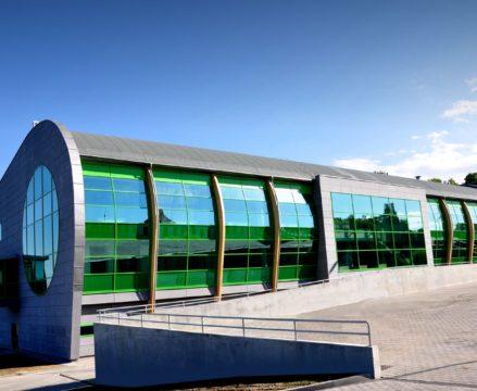 zdjęcie budynku kompleksu od strony parkingu